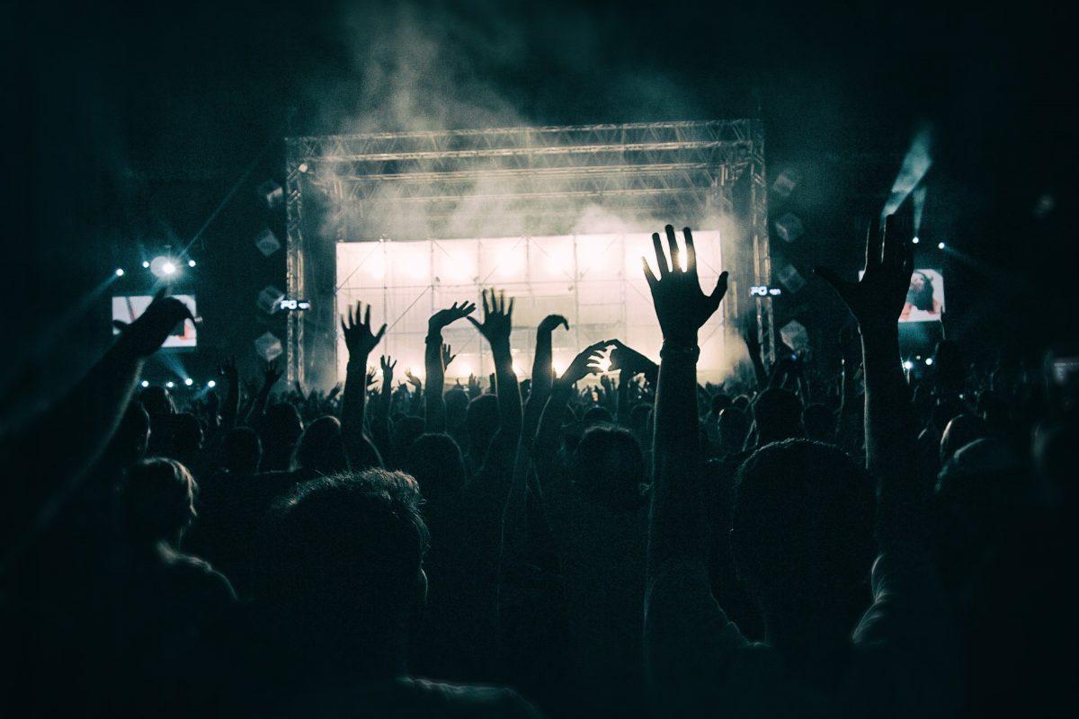 crowd-1056764_1920